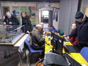Vrijwilligers van het project Allemaal Digitaal aan de slag in het Gevangenismuseum van Merksplas